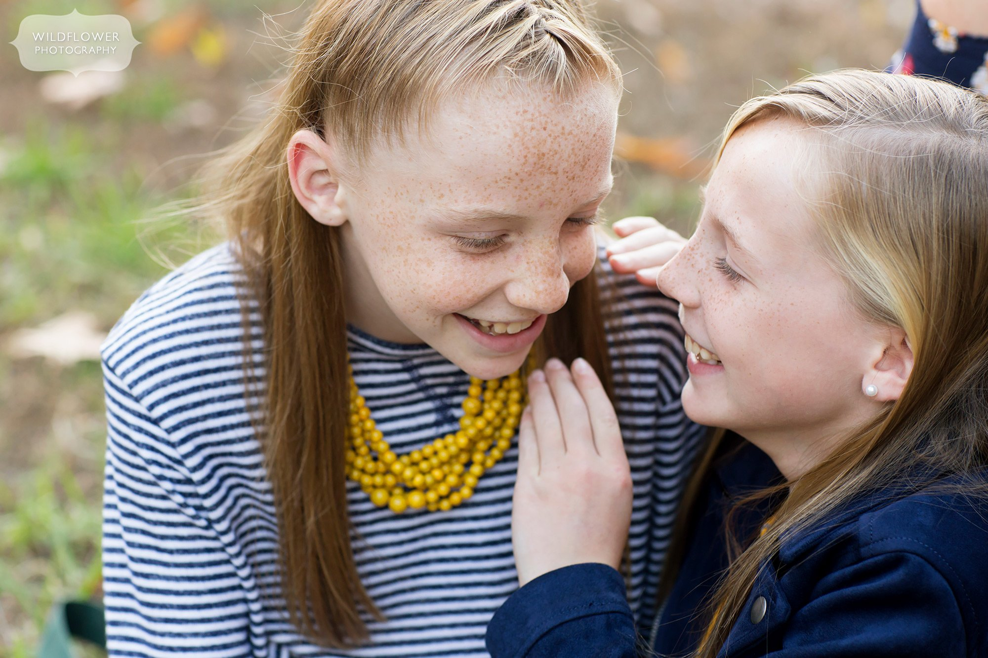 Sisters telling secrets during this sweet family photo session in Como.